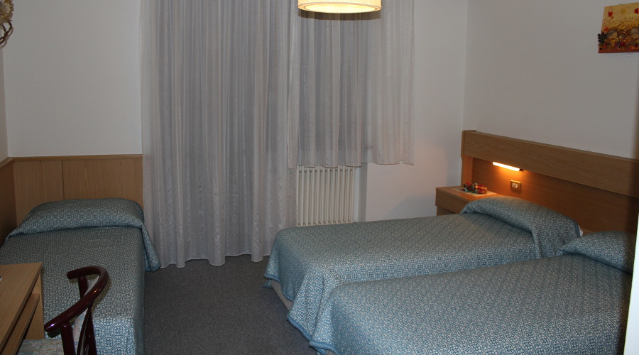 Triple room with two single beds